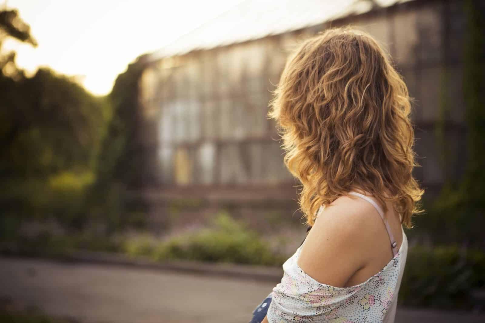 מסכת חינה לשיער: 5 צעדים קלים להשגת שיער מדהים